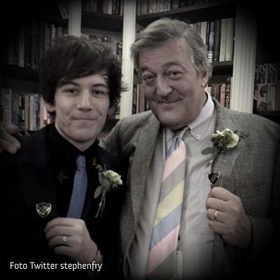 REINO UNIDO: Stephen Fry diz que Elizabeth II considera casamento gay maravilhoso