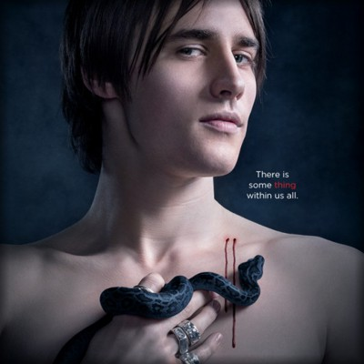 TELEVISÃO: Josh Hartnett beija apaixonadamente o ator Reeve Carney na série Penny Dreadful